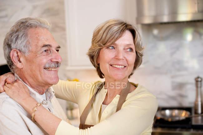 Souriant couple mature dans la cuisine — Photo de stock