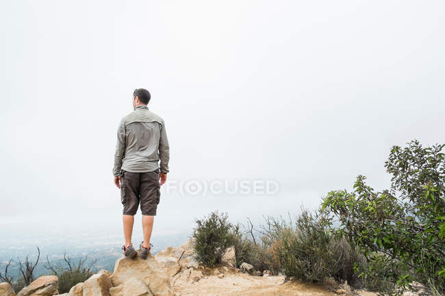 Man at top of mountain — Stock Photo