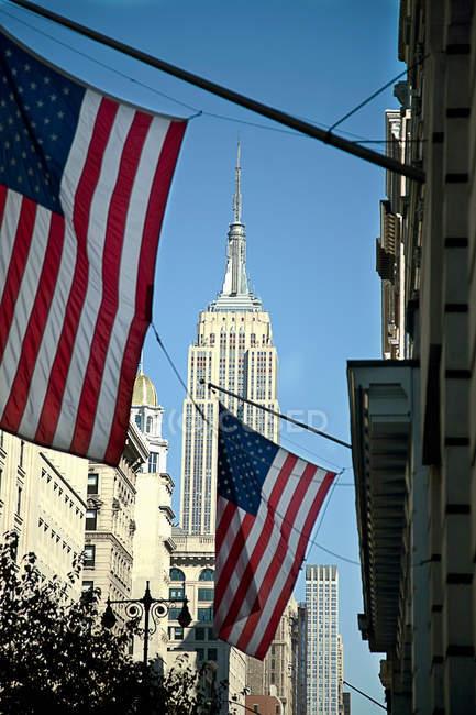 Американські прапори, що звисають з будівлі — стокове фото
