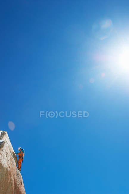 Man mountain climbing — Stock Photo