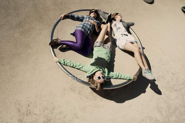 Жінки прокладки в коло на майданчик — стокове фото