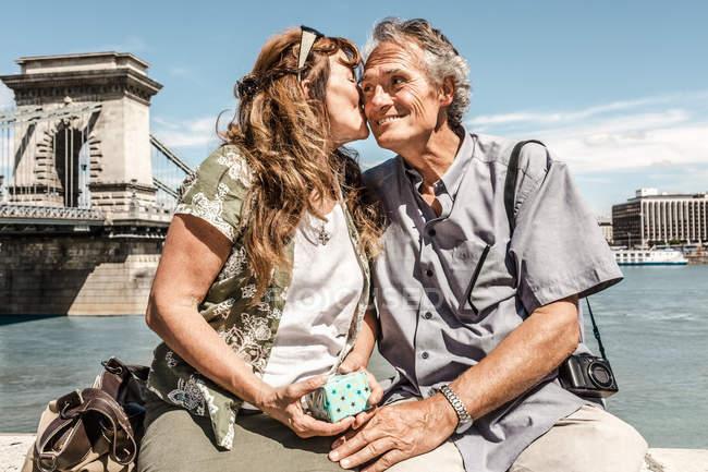 Пара целоваться на мосту — стоковое фото