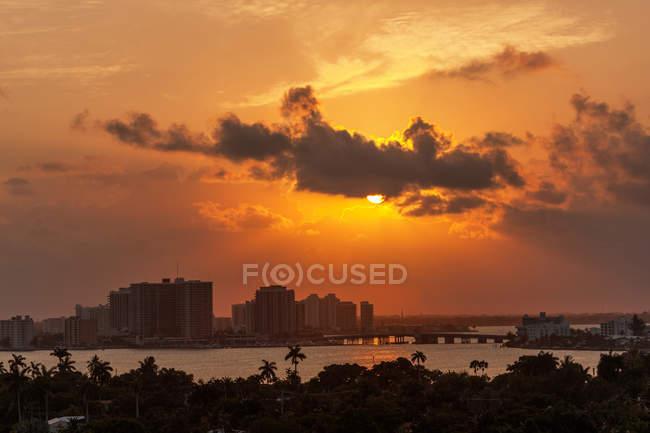 Tramonto sopra la spiaggia di Miami — Foto stock