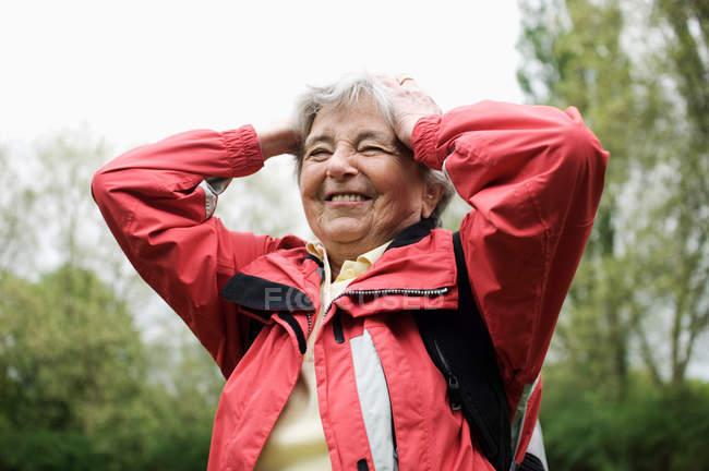 Женщина, идущая в парке — стоковое фото