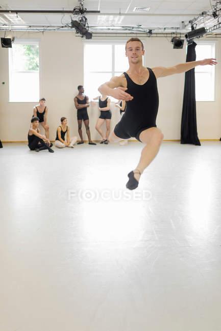 Ballet dancer practicing in studio — Stock Photo