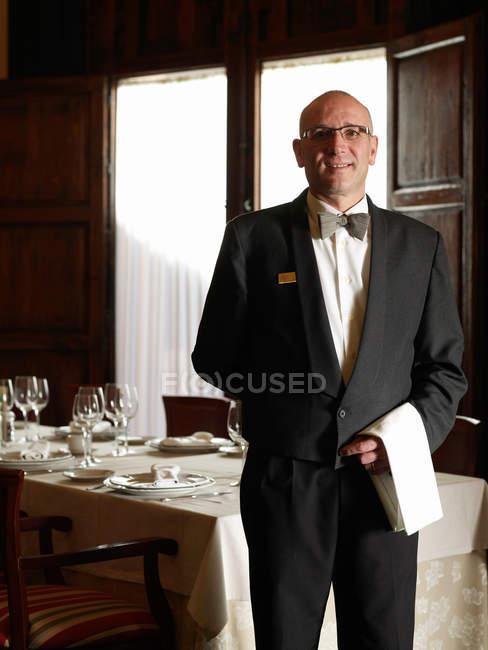 Портрет зрілих офіціанта — стокове фото