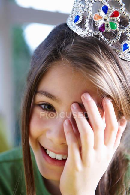 Дівчата носіння корони, посміхаючись — стокове фото