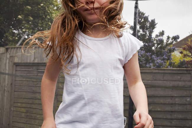 Девушка в белой рубашке на улице — стоковое фото