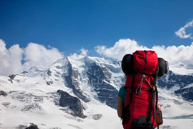 Zaino in spalla ad ammirare montagne innevate — Foto stock