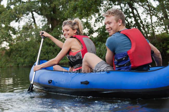 Coppia kayak in ruscello — Foto stock