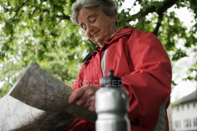 Женщина, читая карту в парке — стоковое фото