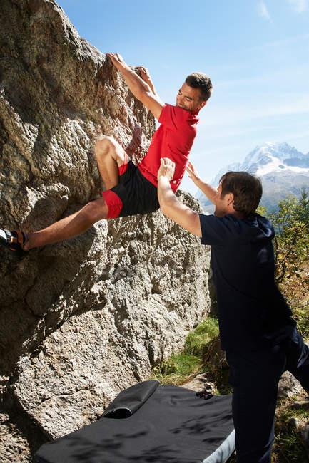 Mann klettert auf Felsen — Stockfoto