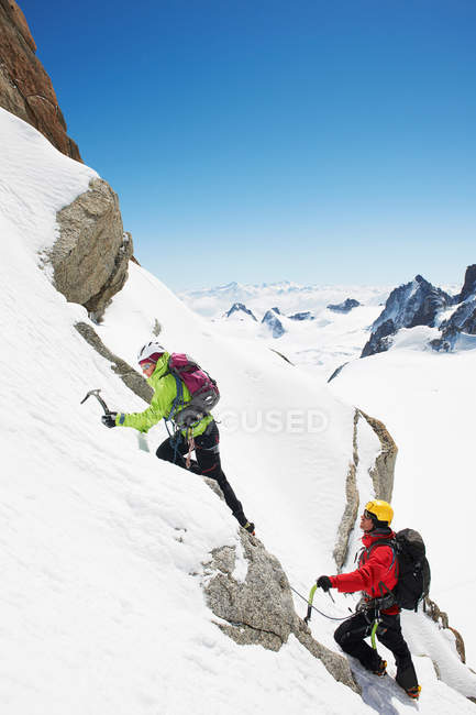 Zwei Personen Klettern am Berg — Stockfoto