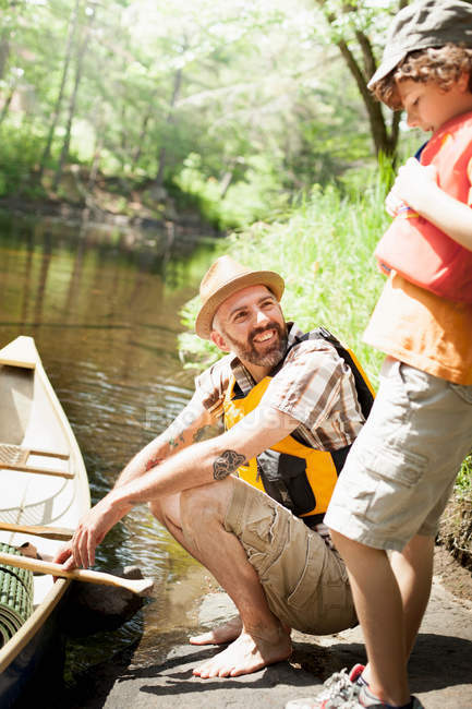 Pai e filho estacionamento canoa — Fotografia de Stock