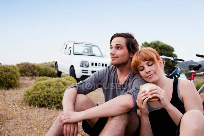 Пара отдыхает, сидит вместе — стоковое фото