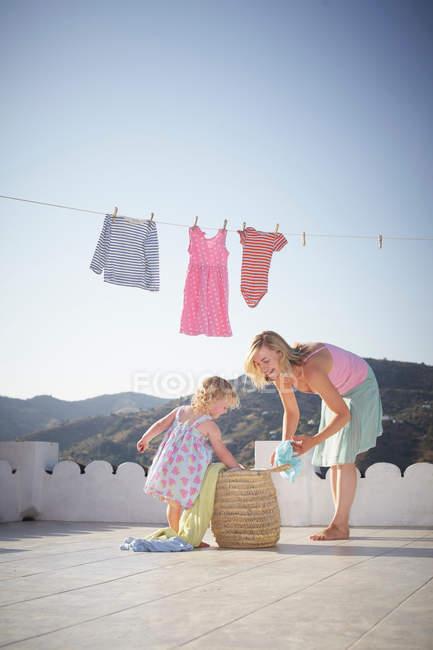 Mère et fille pendaison blanchisserie — Photo de stock