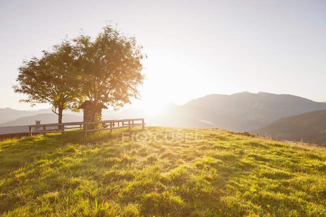 Sol brilhando sobre colinas rurais — Fotografia de Stock