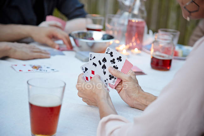 Menschen spielen Kartenspiel — Stockfoto