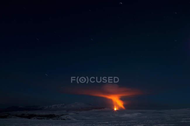 Fimmvorduhals вулкана вивергається вночі — стокове фото