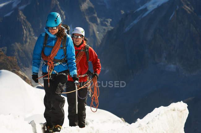 Duas pessoas caminhando na montanha — Fotografia de Stock