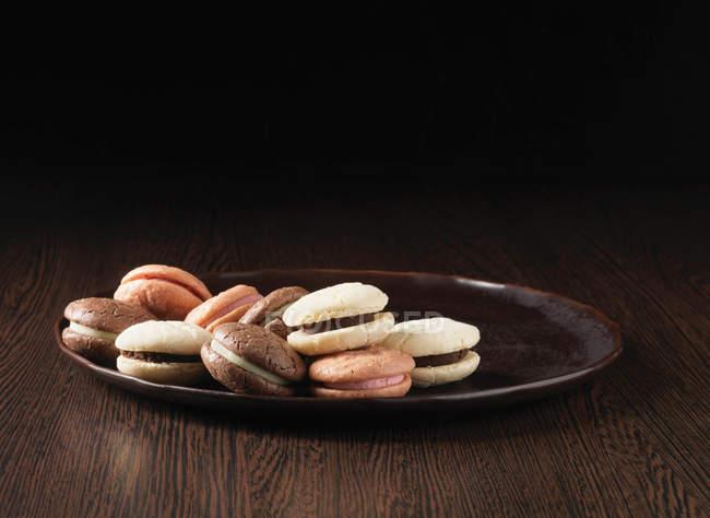 Teller mit süßen Makronenplätzchen — Stockfoto