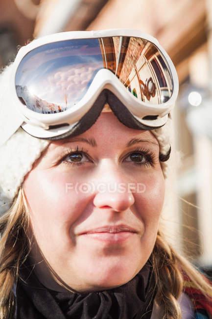 Portrait de la jeune skieuse — Photo de stock