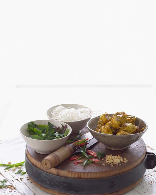 Nudeln, Curry Fisch und Kräutern — Stockfoto
