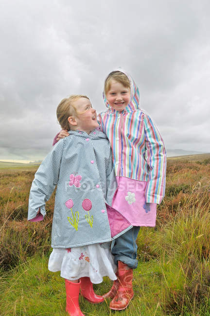 Two girls standing in moorlands — Stock Photo