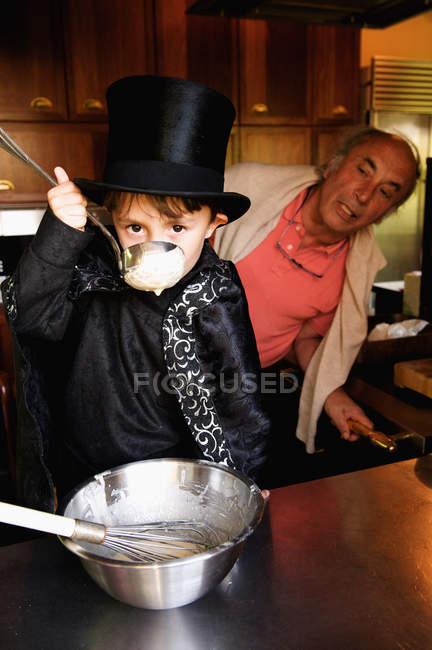 Ragazzo mago degustazione cucina — Foto stock