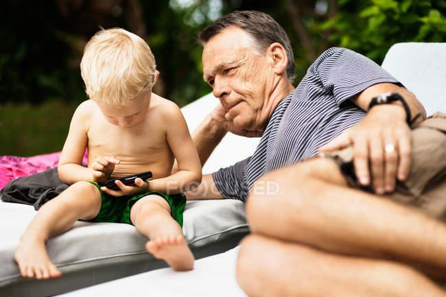 Uomo più anziano relax con nipote — Foto stock