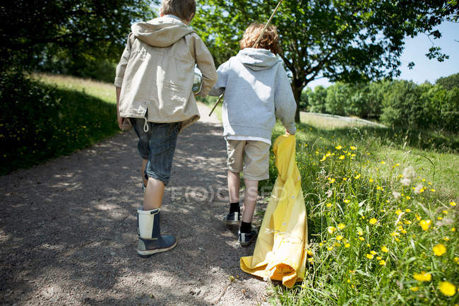 Dois meninos andando na estrada de terra — Fotografia de Stock