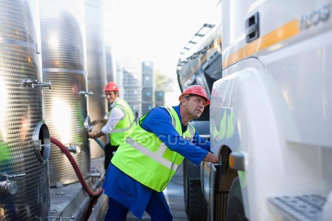 Чоловіки заповнення вантажних автомобілів з газу — стокове фото