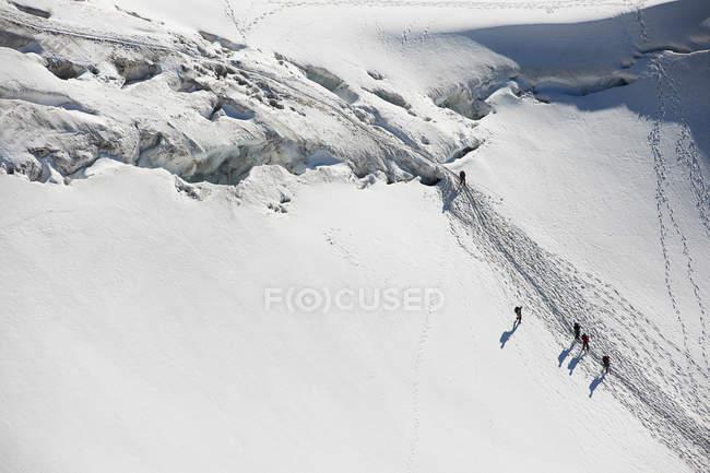 Альпинисты, пересекающие глубокий снег — стоковое фото