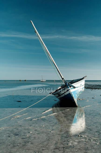 Boot vertäut im flachen Wasser — Stockfoto
