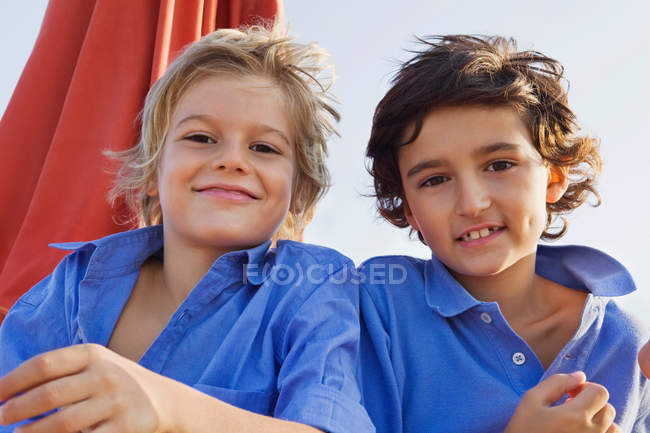 Два расслабленных ребенка улыбаются — стоковое фото