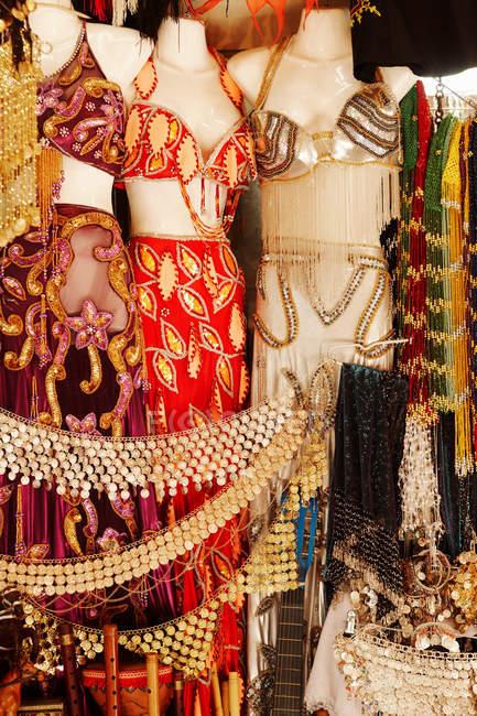 Verschiedene farbenfrohe Frauenkleidung — Stockfoto