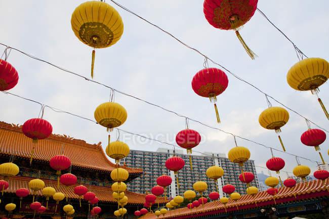 Ліхтарі поблизу Вонг Тай гріх храм — стокове фото