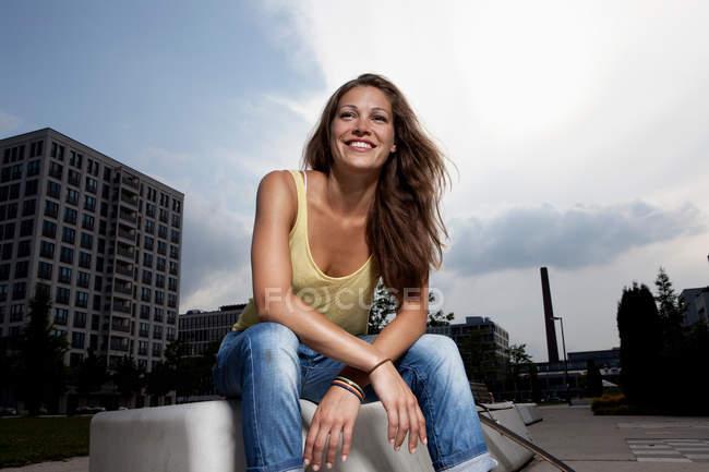 Жінка сидить на вершині даху — стокове фото