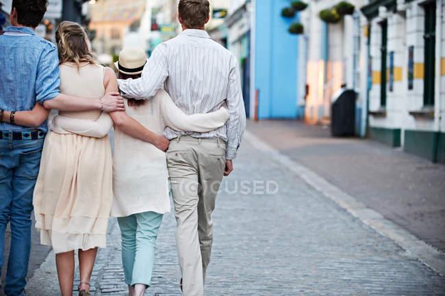 Casais andando juntos na rua — Fotografia de Stock