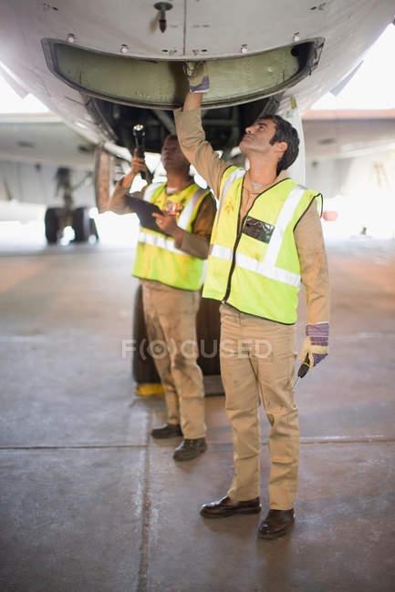 Літак працівників перевірка літак — стокове фото