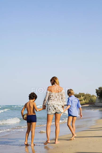 Mulher andando com crianças — Fotografia de Stock