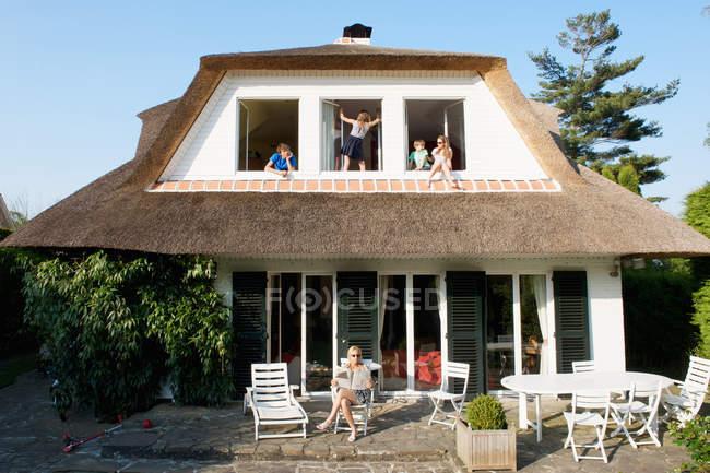 Bambini che si siedono in windows — Foto stock