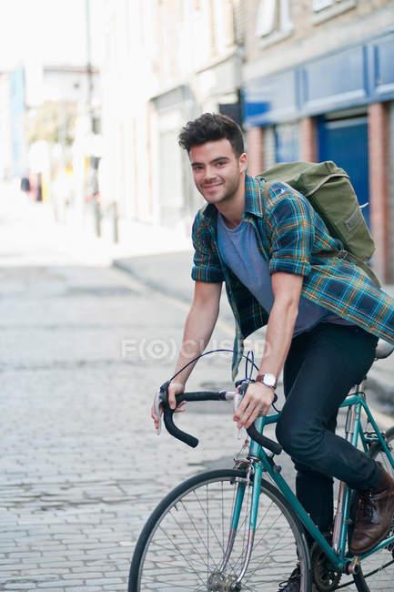 Человек на велосипеде — стоковое фото