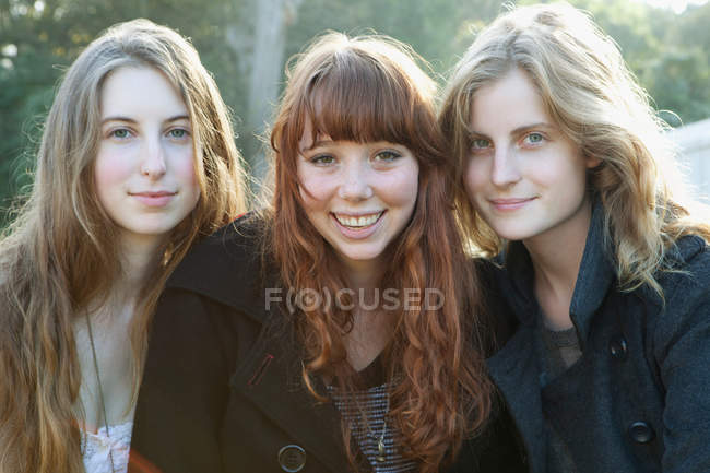 Girls smiling together — Stock Photo