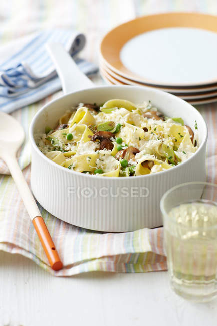 Plato de pasta cremosa de verdura - foto de stock