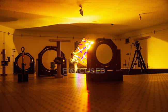 Wissenschaftler steht im optischen Forschungslabor — Stockfoto
