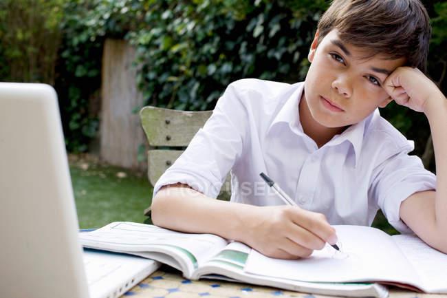 Хлопчик з записну книжку й ручку — стокове фото