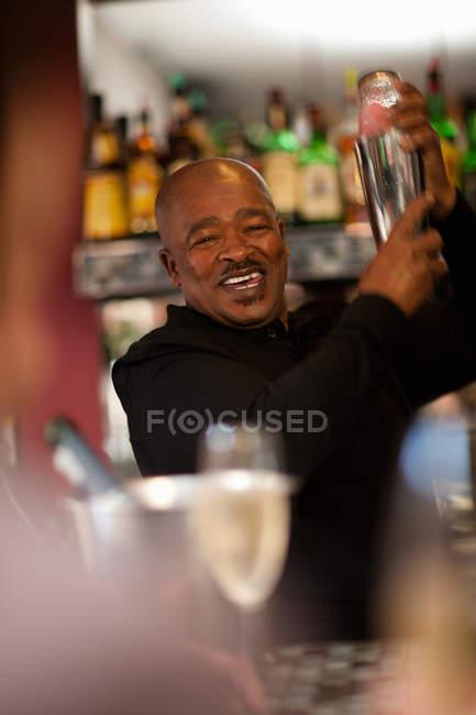 Barman, mélange de boissons au bar — Photo de stock