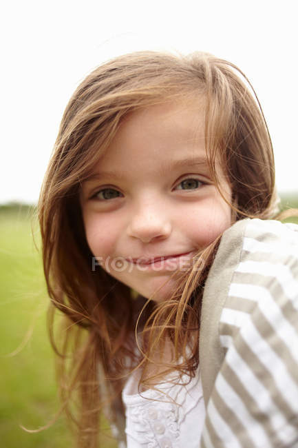 Portrait of smiling girl looking at camera — Stock Photo