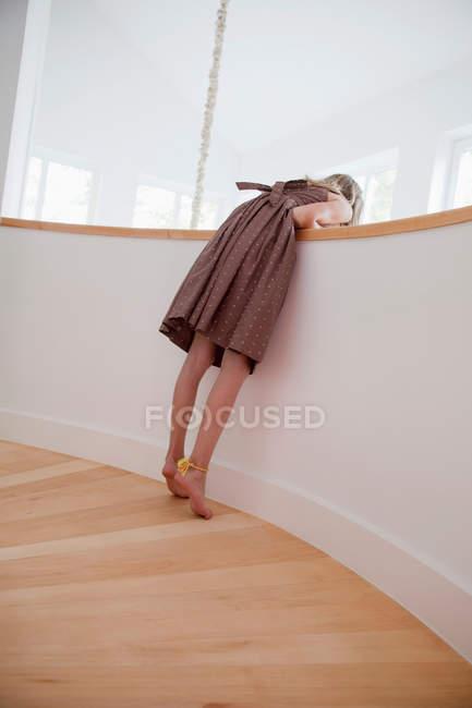 Mädchen spähen nach unten — Stockfoto